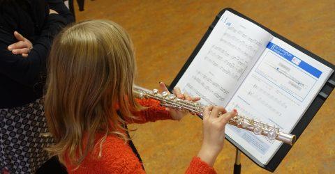 Enfant jouant de la flûte